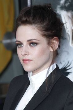 From tousled waves to dramatic crops, see Kristen Stewart's hair history Kristen Stewart Hair, Kristen Stewart Movies, Kirsten Stewart, Hollywood Celebrities, Hollywood Actresses, Messy Chignon, Hair Color Pictures, Girl Pictures, Beatiful People