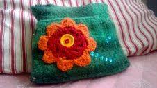 Uusiokäyttöä villahousuille, jotka neuloin muinoin lapselleni. Huovutuspesun jälkeen ompelu pussukaksi, virkattu kukka kylkeen ja taas on uusi elämä edessä =)