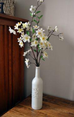 Do blog www.iheartorganiz... / Uma garrafa de vinho, tinta sparay e letras de scrapbook. Genial e lindo!