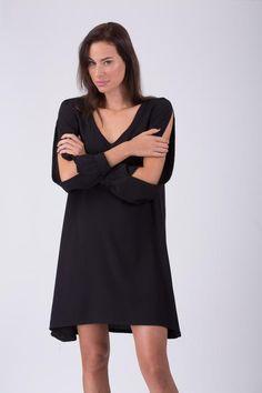 שמלת מיני חלקה, בעיצוב נקי, שרוולים ארוכים מכווצים בקצה ופתוחים לכל האורך, מעניקים לה מראה ייחודי ומרשים.  עוצבה ויוצרה בישראל - רואים שהיא משלנו!