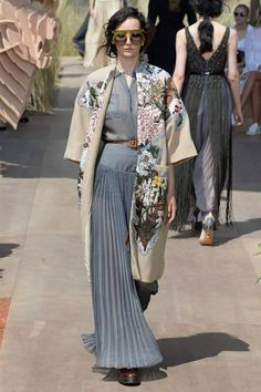 Christian Dior Autumn/Winter 2017 Couture Collection  Long dress, bringing back the waistline, oversized coat.