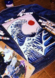 Paint on jacket Acrylic Great wave VSCO – charityfarell - DIY Clothes Jeans Ideen Painted Denim Jacket, Painted Jeans, Painted Clothes, Hand Painted, Diy Jeans, Diy Clothing, Custom Clothes, Denim Kunst, Custom Denim Jackets