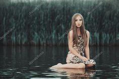 Скачать - Красивая девушка на воде — стоковое изображение