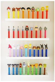 PEZ - collection / copains, copains colorés posés sur deux étagères d'IKEA.