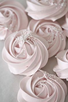 Hi everyone, Today I made this pretty meringues roses, and posted it on instagram, so many ask for the recipe so I thought I do another blog-post today just for You that asked.  Meringue Rose Cookies
