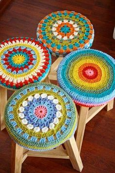 no pattern -- cute idea Love Crochet, Crochet Granny, Crochet Motif, Crochet Doilies, Crochet Yarn, Crochet Patterns, Crochet Decoration, Crochet Home Decor, Crochet Crafts