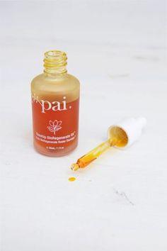 Pour hydrater + nourrir : l'huile de rosier sauvage PAI SKINCARE ! Elle est bio et végane, et en plus dans un flacon en verre.