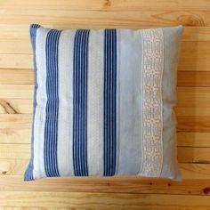 Poduszka w niebieskie pasy