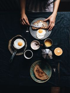 Beautiful breakfast with beautiful light dark food photography, breakfast. Breakfast Photography, Dark Food Photography, Photography Lighting, Brunch, Food Styling, Real Food Recipes, Yummy Food, Table D Hote, Creative Food