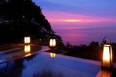 東伊豆にあります「吉祥CAREN」は相模湾と伊豆大島を一望できて、まるで海と一つになれるような開放感で、源泉かけ流しの温泉を楽しめます。