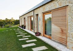 rustic Houses by HUGA ARQUITECTOS. Nice cement work in this backyard landscape to a rustic bungalow. Modern Bungalow, Modern Tiny House, Belmont House, Italian Style Home, Louvre Doors, Indoor Shutters, Casa Cook, Old Stone Houses, Container House Design