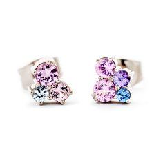 Design Jussi Louesalmi - Keto nappikorvakorut, Materiaalit: 750 valkokulta ja safiirit. Korvakoru vasemmalla: 3 safiiria, hinta 790€ / kpl. Korvakoru oikealla: 4 safiiria, hinta 870€ / kpl // Keto Meadow earrings, Materials: 750 white gold and sapphires. Earring on the left: 3 sapphires, price 790€ / each. Earring on the right: 4 sapphires, price 870€ / each. Sapphire Earrings, Stud Earrings, Solitaire Ring Designs, Diamond Rings With Price, Tiara Ring, Beautiful Rings, Jewelry Collection, Jewelery, Diamonds