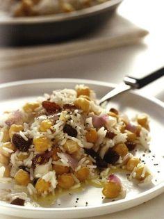 """Υλικά ½ κιλό ρύζι """"ΝΥΧΑΚΙ ΟΜΟΣΠΟΝΔΙΑ"""" 2 νεροπότηρα ρεβίθια βρασμένα και ξεφλουδισμένα 2 κρεμμύδια μέτρια ψιλοκομμένα 1 φλιτζανάκι του καφέ ελαιόλαδο 30γρ. βούτυρο φρέσκο 100γρ. σταφίδες ξανθές αλάτι ΕΚΤΕΛΕΣΗ Μουλιάζετε το ρύζι μέσα σε κρύο νερό για τουλάχιστον ½ ώρα. Το ξεπλένετε καλά με άφθονο κρύο νερό και το βάζετε σε μια κατσαρόλα προσθέτοντας σταδιακά [...] Vegan Vegetarian, Vegetarian Recipes, Healthy Recipes, Healthy Food, Fun Cooking, Cooking Time, Greek Recipes, Food Inspiration, Delish"""