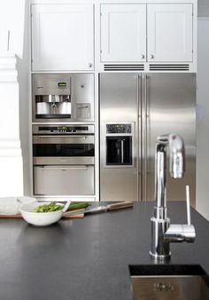 EFFEKTIVT: Med en liten skyllevask på kjøkkenøya er det fort gjort å vaske grønnsaker eller skylle av oppvasken.Oppvaskmaskinen er plassert på øya, på samme side som vasken. Alle benkeplater er i matt granitt. Hvitevarene er i børstet stål, fra Smeg og Gaggenau. French Door Refrigerator, Kitchen Appliances, Kitchens, Sweet Home, Deco, Products, Architecture, Diy Kitchen Appliances, Home Appliances