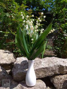 Konwalia majowa przyciąga zapachem a kwiatuszki ma w kształcie dzwoneczków. Bukiecik w klasycznym ceramicznym mini wazoniku idealny do dekoracji na stół do domu ogrodu hotelu restauracji https://www.dladomu.net/ceramika-do-zdobienia/57-wazonik-ceramiczny.html  e-sklep: www.dladomu.net