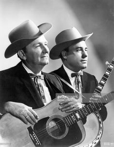 Lester Flatt and Earl Scruggs Love me some good ol' fashioned country folk tunes. Flatt & Scruggs were most famous for 2 things - dueling banjos and the theme to the Beverly Hillbillies . love that foot stompin music! Country Music Stars, Country Music Artists, Country Singers, Country Musicians, Folk Musik, Lester Flatt, Rock And Roll, The Beverly Hillbillies, Mountain Music