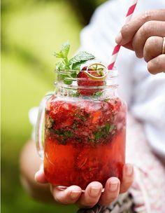 Har du jordbær og mynte i haven? Så har du allerede de velsmagende hovedingredienser til den perfekte mojito, der er trukket i sommertøjet. Servér den til sommerfesten, eller nyd den en lun sommeraften!
