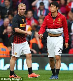 Paul Scholes and Shinji Kagawa warm up prior to the game against Chelsea