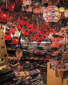 En la agitada y resonante vida urbana es posible andar por el exótico Gran Bazar o el mercado egipcio. | Galería de fotos 4 de 7 | AD MX