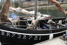 """Le """"Karreg-Hir"""" est un canot non ponté en bois. C'est une réplique d'un sloup-goémonier de 1930. Son port d'attache actuel est Plouguerneau en Pays pagan. C'est un voilier de promenade associatif qui pratique aussi la récolte et le transport du goémon dans le cadre de démonstrations pédagogiques et de fêtes maritimes. Son immatriculation est : BR732721, quartier maritime de Brest"""
