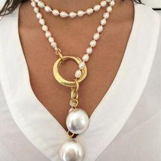 Collar abierto de perlas de rio engarzadas en aro de latón bañado en oro mate y rematado en los extremos con eslabones de latón bañados en oro mate y perlas de