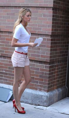 Blake Lively Summer style, love the shoes with the belt, Gossip girl Blake Lively Moda, Blake Lively Ryan Reynolds, Blake Lively Style Casual, Celebrity Style Casual, Mode Shorts, Gossip Girl Outfits, Girl Fashion, Fashion Looks, Casual Outfits