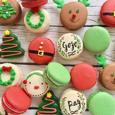 macarons navideños Christmas Treats For Gifts, Christmas Cupcakes, Christmas Desserts, Christmas Baking, Macaron Cookies, Iced Cookies, Macaron Template, French Macaroons, Decorated Cookies