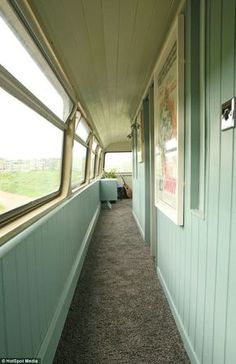 Double-decker transformed into perfect vacation let for transport fans Big green bus: Double-decker transformed into caravan holiday home Casa Bunker, Bus Remodel, School Bus Tiny House, Bus Living, Tiny Living, Converted Bus, Caravan Holiday, Rv Bus, Kombi Home