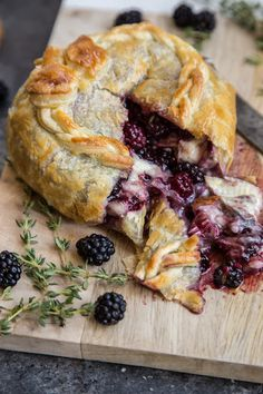 Blackberry Thyme Baked Brie En Croute is a gorgeous and super simple appetizer for a get together. Cheese wrapped in puff pastry and baked! You can bet this won't go unnoticed! It's cheese wrapped in carbs. And then baked until molten Tapas, Appetizer Recipes, Dessert Recipes, Simple Appetizers, Appetizer Dinner, Party Appetizers, Baked Brie Appetizer, French Appetizers, Gourmet Appetizers