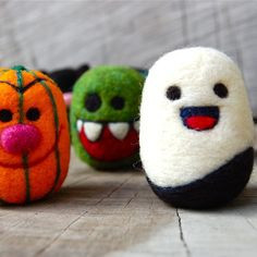 Spooky Creepy Cute Halloween Felted Wooly Egg Toys by asherjasper Halloween Mono, Halloween Trick Or Treat, Cute Halloween, Halloween Crafts, Halloween Ideas, Wet Felting, Needle Felting, Egg Toys, Felt Monster