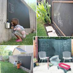 Verras je kinderen met een schoolbord in de tuin