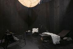 Dieser Raum gilt der Entspannung und des Nachdenkens. Todd Bracher hat ihn bewusst abgegrenzt und dunkel gehalten, um aus dem Alltag entfliehen zu können. Die Kugel an der Decke stellt den Mond dar.