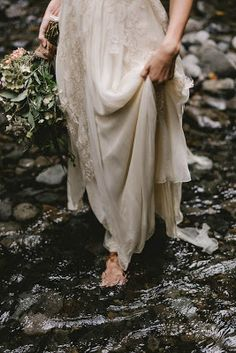 Intimate Barefoot Elopement in the Columbia River Gorge - - Wedding Fotoshooting - Poses, Images Esthétiques, Columbia River Gorge, Boho Stil, Princess Aesthetic, Isabelle, Fairy Tales, Dream Wedding, Forest Wedding