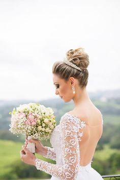 Noiva linda, com penteado em coque e buquê rosa com branco! Noiva princesa!  Se inscreva: www.youtube.com/veudenoiva