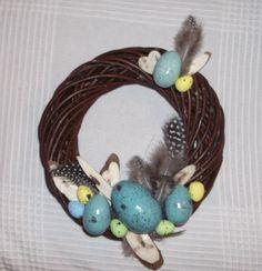 Wianek wielkanocny z wikliny, jajka styropianowe malowane farbą i lakierek akrylowym, pióra perliczki/ Wicker Easter wreath, styrofoam eggs painted with acrylic paint,  guinea fowl's feathers, author: Daria