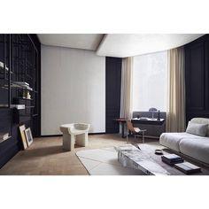 O espaço criado pelos irmãos Michael e Daniel Bismut, do escritório francês Bismut & Bismut, foi concebido para a mostra AD Intérieurs de 2015 e conta com contrastes de cores suaves com o preto para criar uma atmosfera serena e concentrada. #arkpad #decor #interiordesign #decoracao