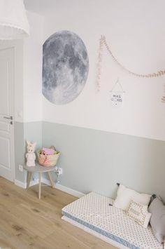 Une peinture grise bleue qui décore une chambre de fille