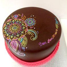Painted mandala on chocolate fondant cake Hand painted mandala cake Pretty Cakes, Beautiful Cakes, Amazing Cakes, Fancy Cakes, Mini Cakes, Cupcake Cakes, Mandala Cake, Henna Cake Designs, Chocolate Fondant Cake
