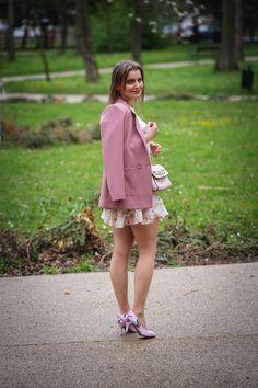 Kwiatowe motywy stylizacji na wiosnę | Spódnica i szpilki w kwiatowy wzór - Annastylefashion Raincoat, Jackets, Fashion, Rain Jacket, Down Jackets, Moda, Fashion Styles, Fashion Illustrations