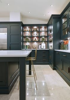 dark green kitchen This striking shaker style kitchen in a sophisticated shade of dark green makes a real style statement. The touchstones of traditional Shaker design; Dark Green Kitchen, Green Kitchen Cabinets, New Kitchen, Kitchen Decor, Shaker Style Kitchen Cabinets, Art Deco Kitchen, Island Kitchen, Kitchen Units, Kitchen Storage