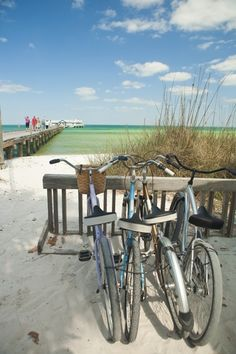 This past Spring Break 2012, I rode a bicycle from our vacation rental to 1 of my favorite places on Anna Maria Island...the City Pier!