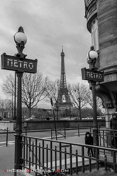 Paris en noir et blanc. The Metro is the most packed subway I've ever been on. WATCH YOUR POCKETS AND PURSE!