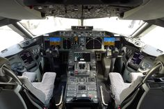 Boeing 787 flight deck. Comparing this ergonomics with the tiny DC3 Dakota, with no leg space, just by accident one believes he's on a plane!