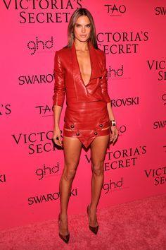 Alessandra Ambrosio posó tras el show con un vestido de cuero rojo con profundo escote y falda en pico con tachuelas ● El show de Victoria's Secret 2013