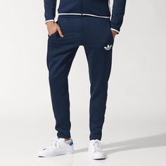 Harking back to old-school football kits, the men's Trefoil FC Track Pants sport sleek modern details. The tapered fit of these pants is accented by angled 3-Stripes on the lower legs and a printed Trefoil on the hip.