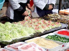 snapshot of japan street fair food in kyoto; mass preparation of monjayaki (cousin of okonomiyaki) Indian Food Recipes, Asian Recipes, Kewpie Mayonnaise, Cantonese Food, Japan Street, Street Fair, Asian Soup, Steamed Buns, Food Stall