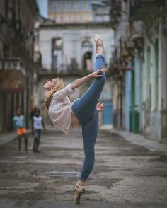 Dancers Practicing On The Streets Of Cuba pics) Ballet Dancers Practicing On The Streets Of Cuba. By Omar RoblesBallet Dancers Practicing On The Streets Of Cuba. By Omar Robles Street Ballet, Street Dance, Street Art, Art Ballet, Ballet Dancers, Tumblr Ballet, Cuba, Dance Baile, Belly Dancing Classes