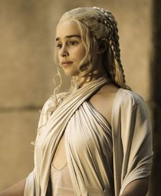 Emilia Clarke as Daenerys Targaryen - See What 'Game of Thrones' Stars Look Like in Real Life - Photos Emilia Clarke Daenerys Targaryen, Dany Targaryen, Game Of Thrones Trailer, Game Of Thrones Facts, Game Of Thrones Characters, Game Of Thrones Khaleesi, Game Of Throne Daenerys, The Mother Of Dragons, Brad Pitt