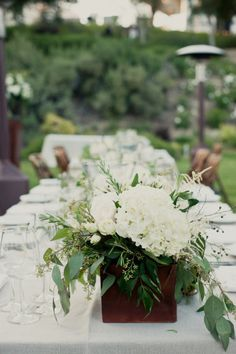 Green & White. Orlando wedding flowers/www.carlyanes.com