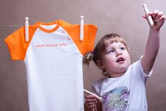 Body in the color of juicy orange with short sleeves, made of 100% organic cotton.